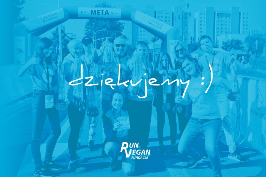 Zdjęcie w odcieniach koloru niebieskiego przedstawiające zespół Run Vegan Fundacja, z medalami w rękach i gestami aprobaty. Na środku zdjęcia widnieje napis dziękujemy :)